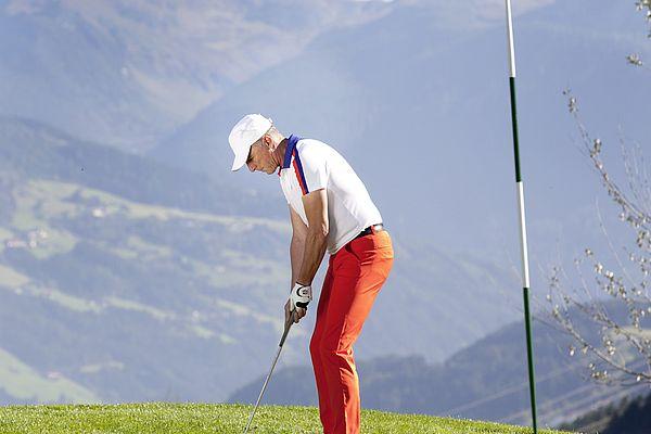 Golfplatz Uderns, Golfer kurz vorm Einlochen