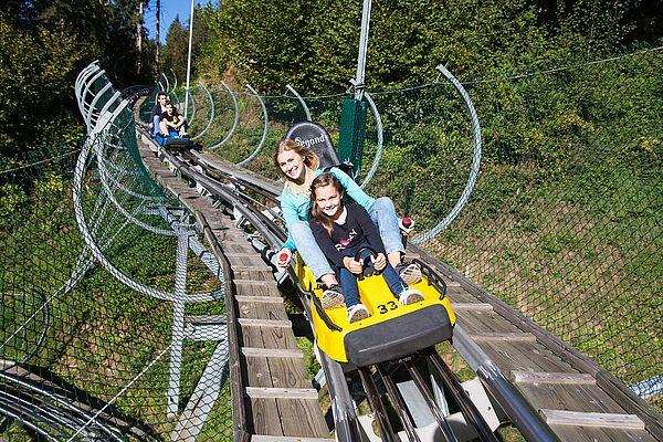 Sommerrodelbahn Arena Coaster, Zillertal Arena, Mutter und Tochter unterwegs im Bob
