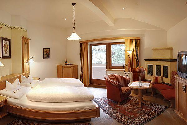 Familienzimmer groß mit Wohnraum, Balkon und Doppelbett im großzügigen Zimmer