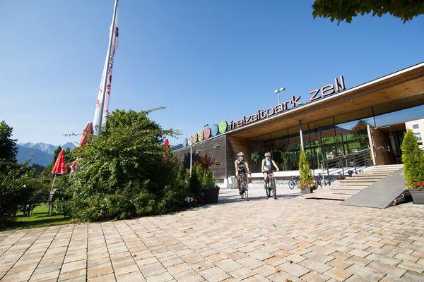 Radfahrer beim Vorbeifahren im Cafe im Park beim Freizeitpark in Zell am Ziller