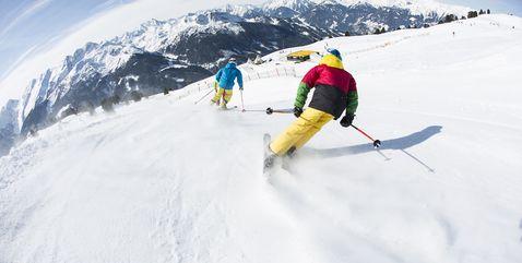 Skifahrer beim Carven durch den Snakerun im Funpark in der Zillertal Arena, von hinten fotografiert