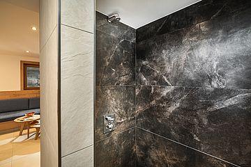 Detailaufnahme der Duschen im Wellnessbereich mit Blick auf die Wellness-Lounge