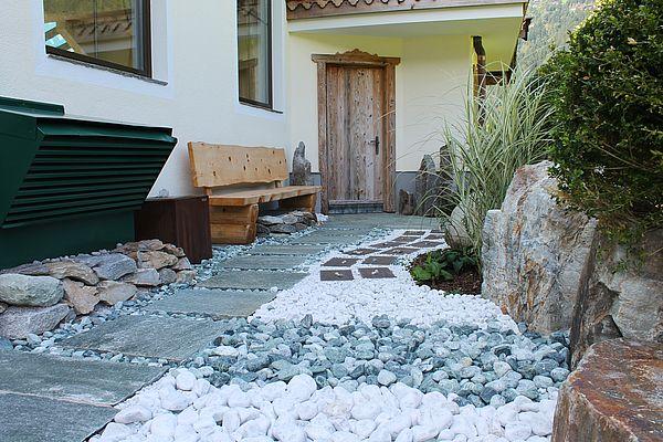Detailaufnahme Kieselsteine beim Tile- & Stone-Barfußweg