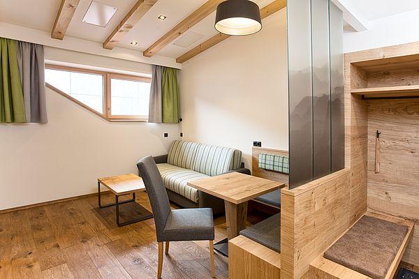 Wohnraum mit Couch und Sitzecke in der Superior Suite des Landhauses