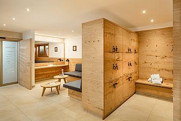 Wellness-Lounge mit Spinden und Sitzgelegenheit