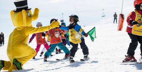 Kinder-Skigruppe mit Funty, dem Maskottchen der Zillertal Arena, beim Skikurs