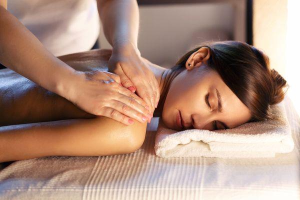 Junge Frau auf Massagetisch © Fotolia.com / 4frame group