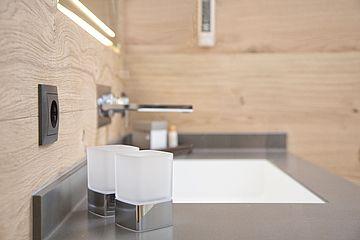 Detailaufnahme Gläser im Badezimmer der Junior Suite im Landhaus