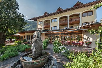 Ferienhotel Sonnenhof, Blick zum Wintergarten mit Brunnen, im Sonnenschein