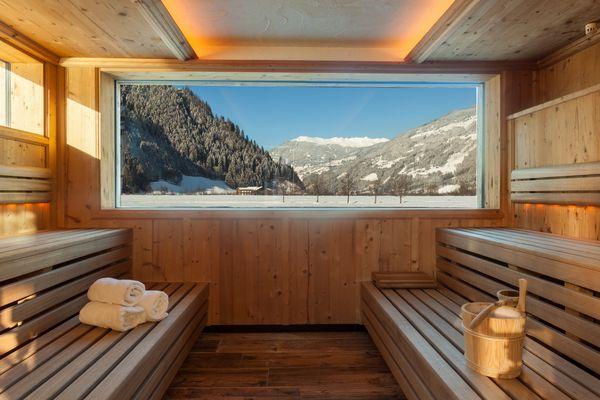 Blick vom Innenraum der Aussensauna in die winterliche Landschaft