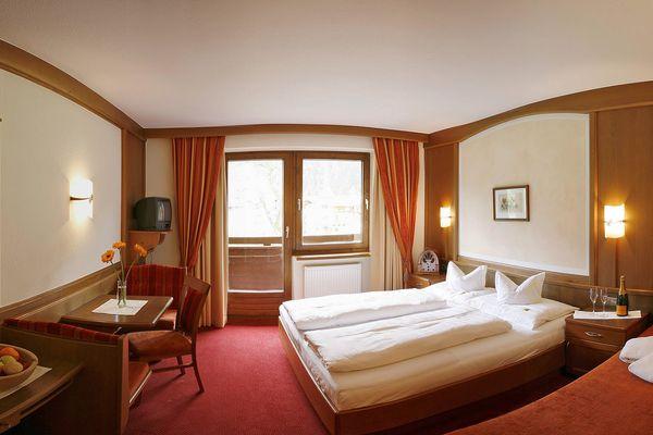 Doppel- & Dreibettzimmer mit Blick auf den gesamten Wohnraum inkl. Schlafcouch, Doppelbett, Schreibtisch & Balkon