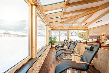 Relax-Liegen vor den Panoramafenstern im Ruheraum der Stille