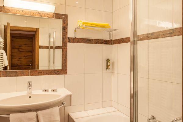 Badezimmer der Junior Suite mit Badewanne und Waschbecken