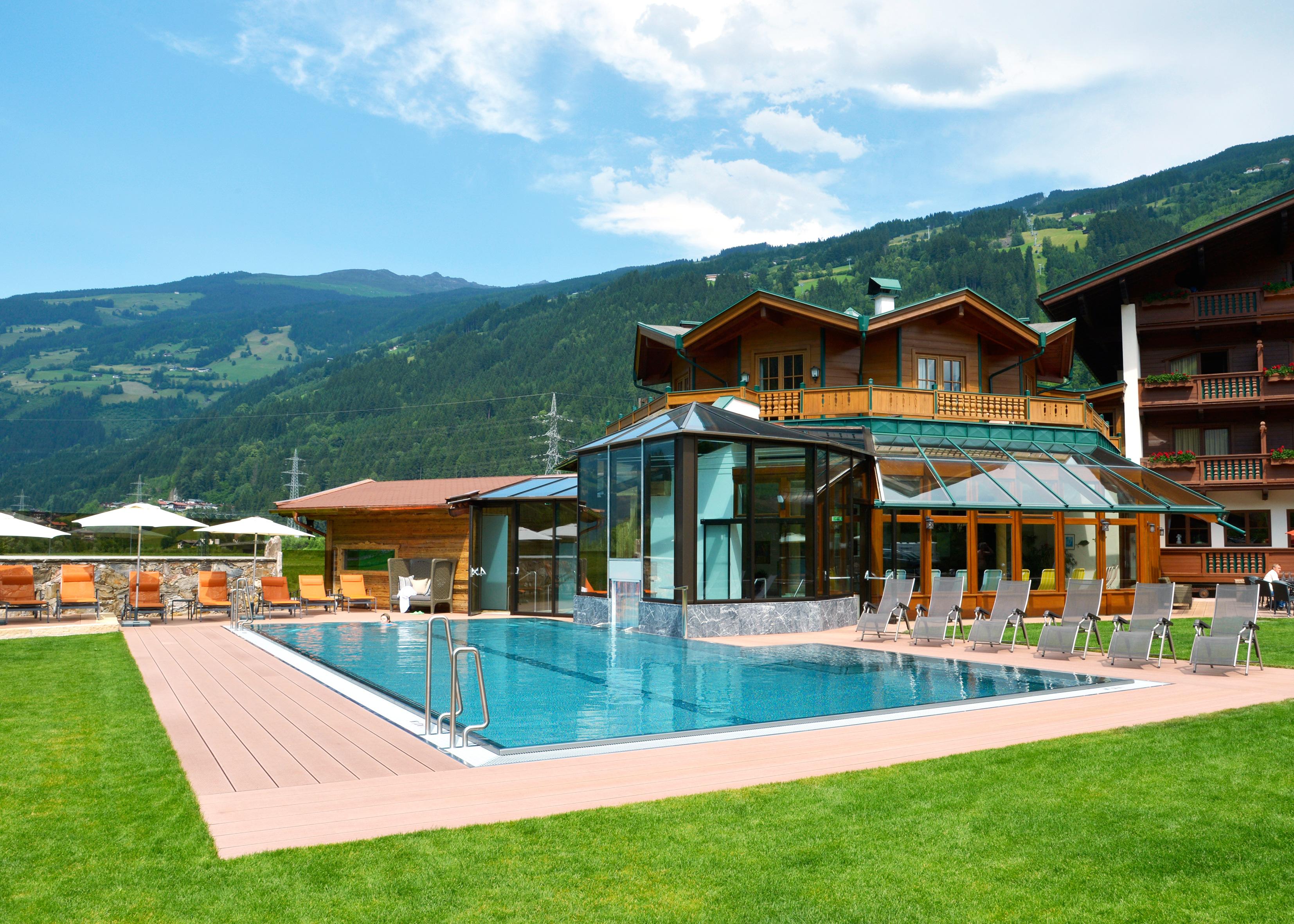 Blick auf das Freibad mit dem Hotel im Hintergrund